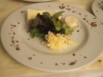 Trilogie de fromages, salade de mesclun aux fruits secs