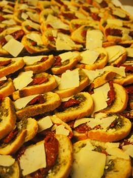Crostinis au pesto, tomates séchées et copeaux de parmesan